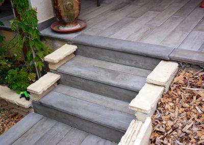 Réalisation d'un escalier et d'une terrasse en pierre imitation bois