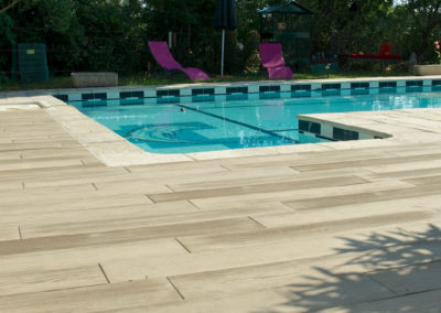 Terrasse de piscine en imitation bois