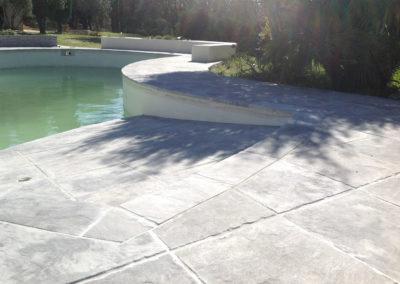 Aménagements extérieurs autour d'une piscine