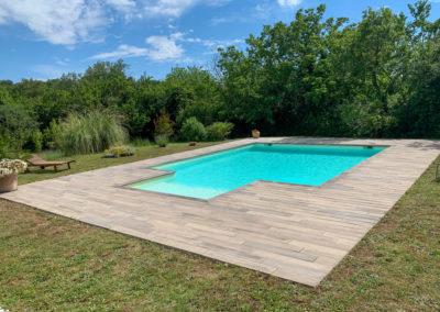 Terrasse autour d'une piscine, en pierre naturelle imitation bois