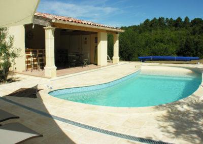 Dalles et dallages autour d'une piscine en Cévennes